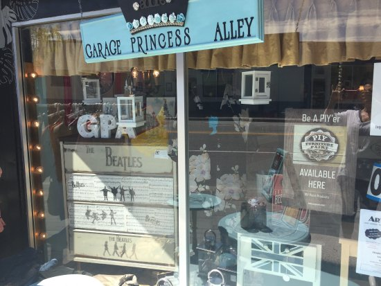 Penticton, Kanada: Fun little store to visit.  Refinished furniture, gifts, chalk paint workshops, Kids Craft Class