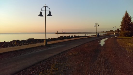 Hampton Inn Duluth: View out the back door of the hotel looking at the Lake Walk toward the Shipping Canal/Lighthous