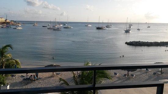 Diamonds International: Vista de la playa desde el balcón del departamento
