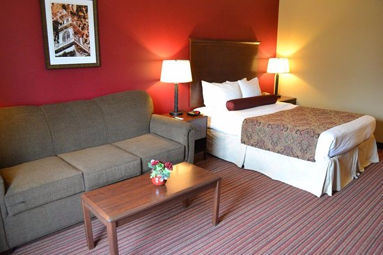 Baymont Inn & Suites Mequon Milwaukee Area: Queen standard bedroom and sofa sleeper