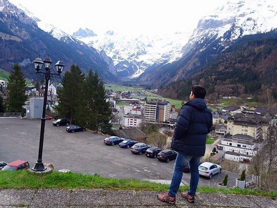 ที่พักริมหน้าผา วิวภูเขาหิมะ ทางเดินเป็นลิฟท์ลอดอุโมงค์