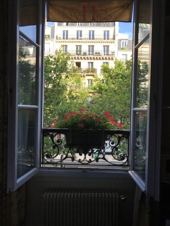 Hotel Motte Picquet: Our window overlooking the street