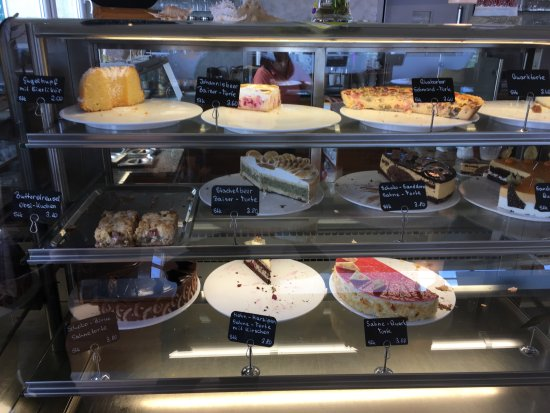 Bastorf, Alemania: Cakes on display at the café at Leuchtturm Buk, northern Germany.