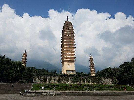 Chongsheng Three Pagodas: 入口から近い三塔。