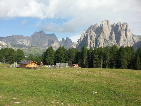Vigo di Fassa, Italie: I prati all'arrivo della funivia
