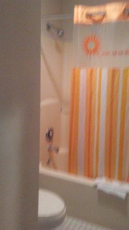 La Quinta Inn & Suites Chicago Gurnee: bathroom