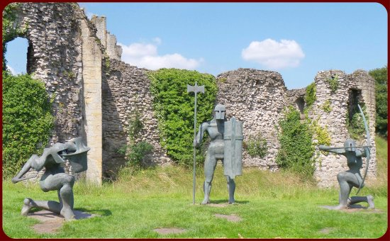 Helmsley, UK: Contemporary statues at the entrance
