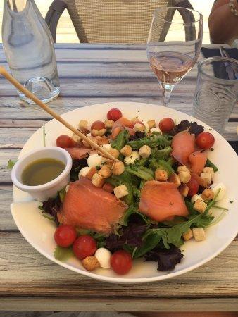 Perols, Francja: Salade repas avec des tomates cerises, mozza, saumon et avocat. Dommage que l'assaisonnement soi