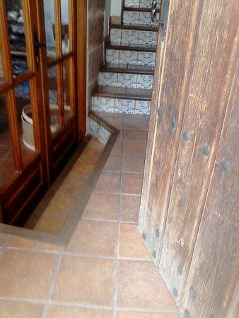 Posada del Pelaire: Entrada sin espacio y con escalón. Peligrosísima de noche, luz al lado de la escalera.