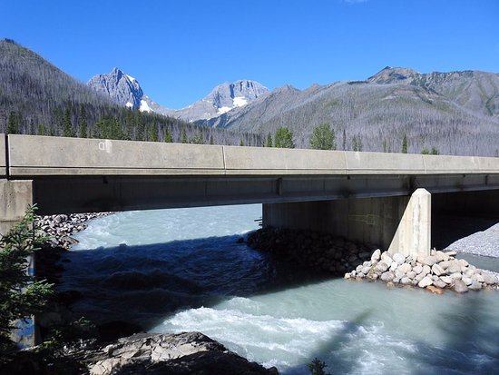 Kootenay National Park, Canada: River by lodge