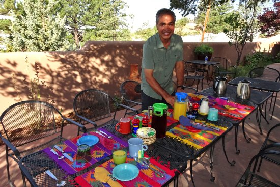 Casa Cuma Bed & Breakfast: Shaan setting up breakfast on the patio