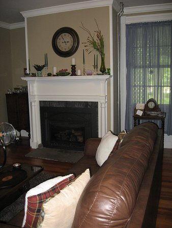 Kingston, RI : Modern comfort within Historic Walls- Guest Living Room