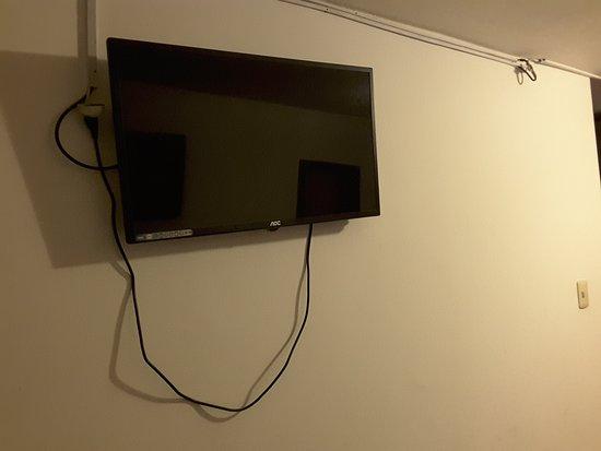 Hostal L'Baron: Dirty, dusty room, wonkey tv, broken lamp, dust mirror, dusty towel shelf, holes in door, dirty