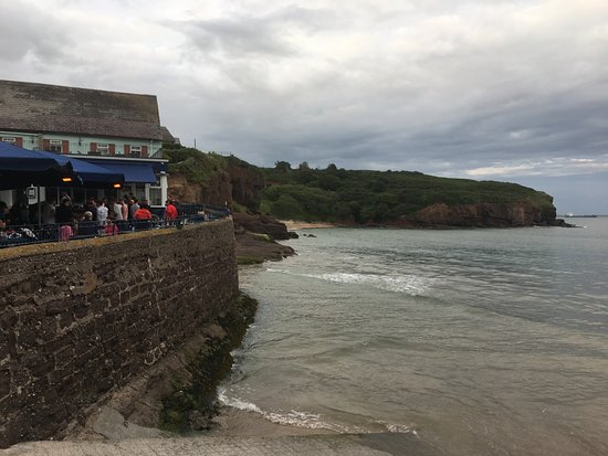 Dunmore East, Ιρλανδία: Lovely cove and bar with a view