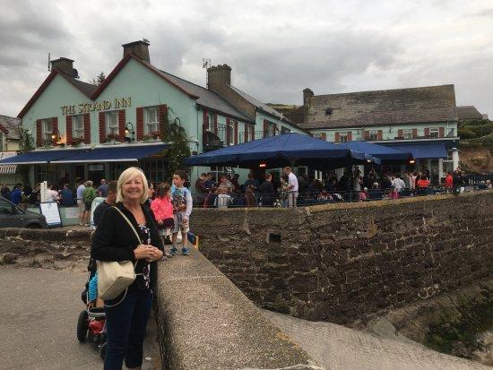 Dunmore East, Ιρλανδία: plenty of outside seating at the bar!
