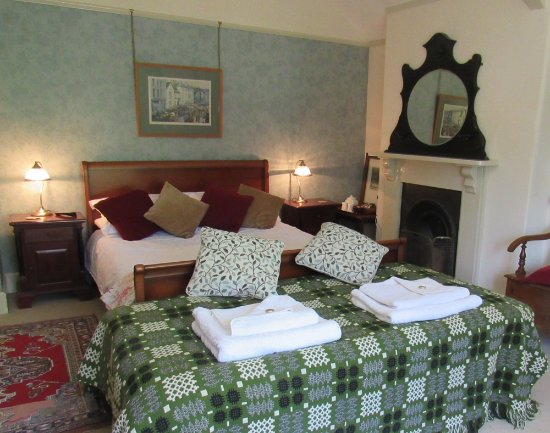 Ffrwdfal Country House: The garden room has a kingsize bed and single bed. Ensuite with bath/shower. Garden view.