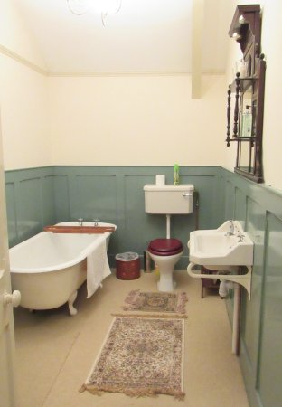 Llanwrda, UK: Garden room bathroom with bath and shower