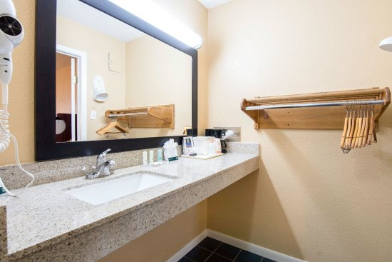 Arkadelphia, AR: 2 Queen Accessible Room: Bath/Vanity Area