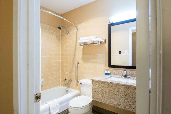 Arkadelphia, AR: Executive King Room: Bath/Vanity Area