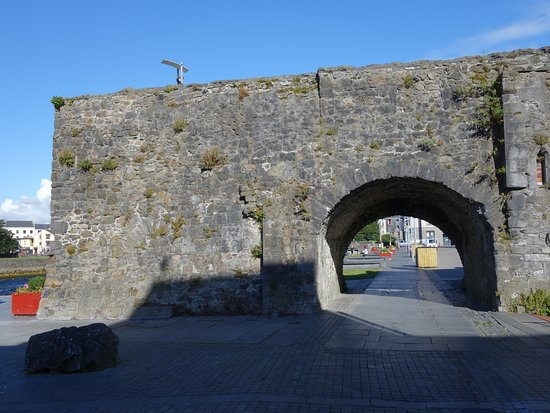The Spanish Arch: Its an arch!