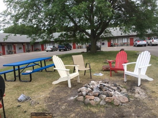 Vintage Block Inn & Suites: Picnic tables, Adirondack chairs and nightly bonfires in the courtyard