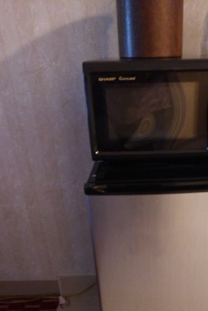 Hampton Falls Inn: Microwave and refrigerator