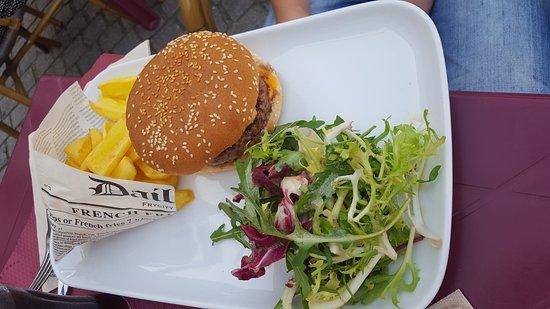 """Cafe Leffe Lourdes : Hamburger maison avec """" fausses"""" frites"""