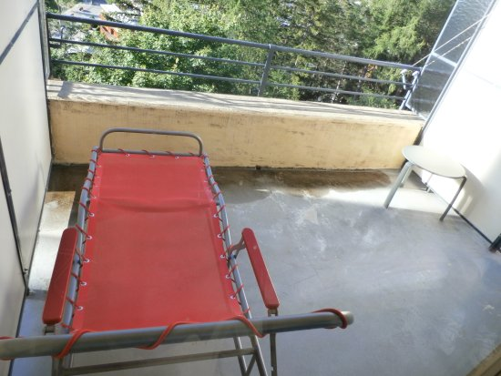 Crans-Montana Youth Hostel Bella Lui: Only 1 balcony lounger for two people?