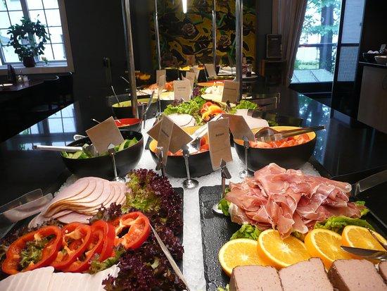Clarion Collection Hotel Gabelshus: koud buffet bij ontbijt met vlees en vis en groenten