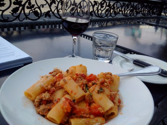Ferro Bar & Cafe: Rigatoni with sausage and plum tomatoes and a glass of Montepulciano