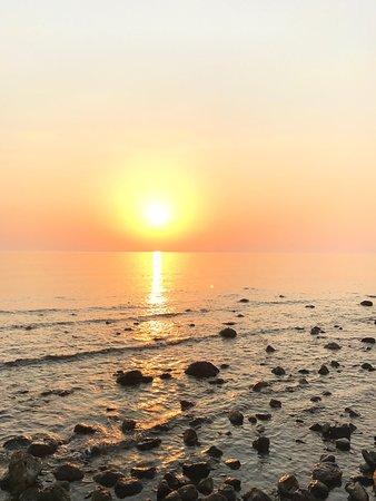 Paramonas, Greece: Praia tranquila e familiar. Lindo por do Sol!!!