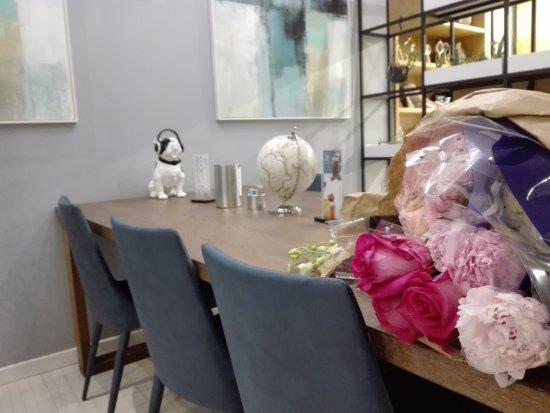 Tavolo e fiori pronti per essere usati nella decorazione ...