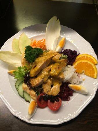 Graechen, Suiza: Hüherbrüstchen auf Salat mir Kräutersauce! Hier kocht der Chef selber.
