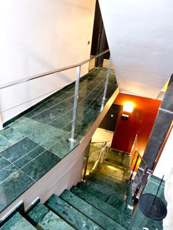 Allada Apartments: Treppenhaus