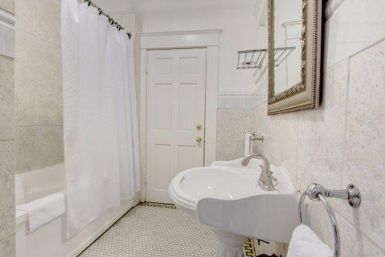 Columbia Hotel : Suite's washroom