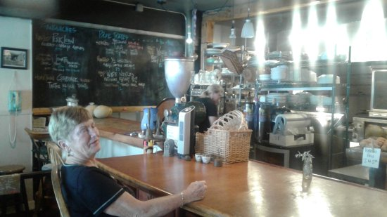 Franklin, NC: Counter area where we ate. Old coffee grinder in the center