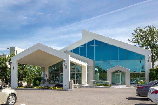 Front | Entrance of Auberge Québec