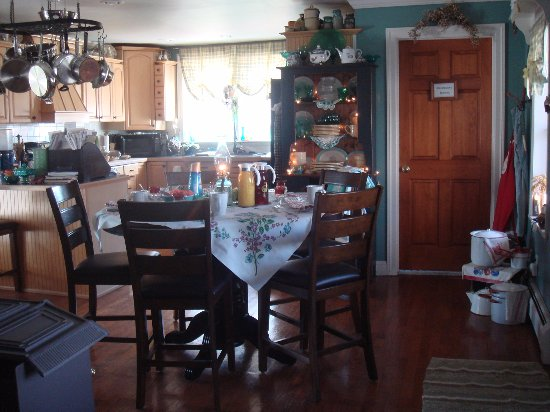 Saint Johnsville, NY: Breakfast may also be enjoyed in the kitchen....just  like 1855..large enough for a gathering ro