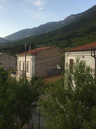 Villa Santa Lucia degli Abruzzi, Italia: Il borgo di notte è vista della valle dal B&B