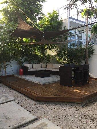 Tres Palmas Inn: Seating through the fence