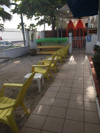 Tres Palmas Inn: Chairs and hammocks