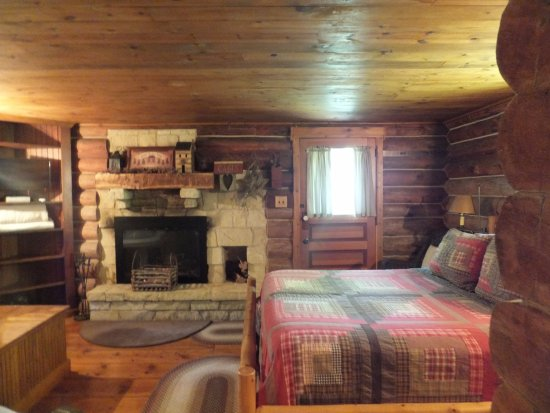 Platteville, WI: Sleeping area of the cabin - jacuzzi tub is to the left