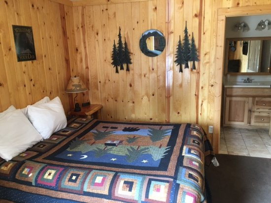 Coram, MT: King room Beautiful quilt!