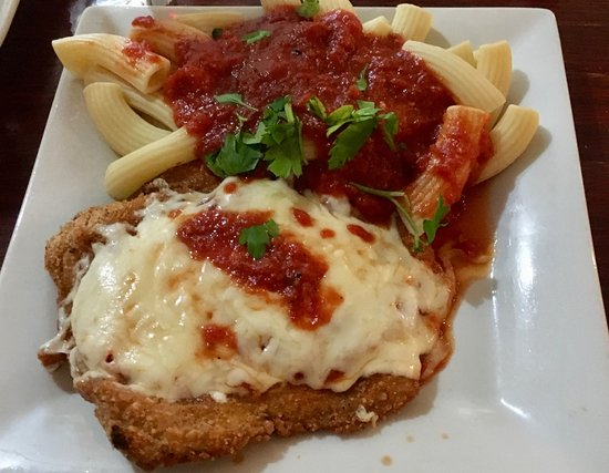 Натик, Массачусетс: Chicken parm with one of the nightly fresh pastas.