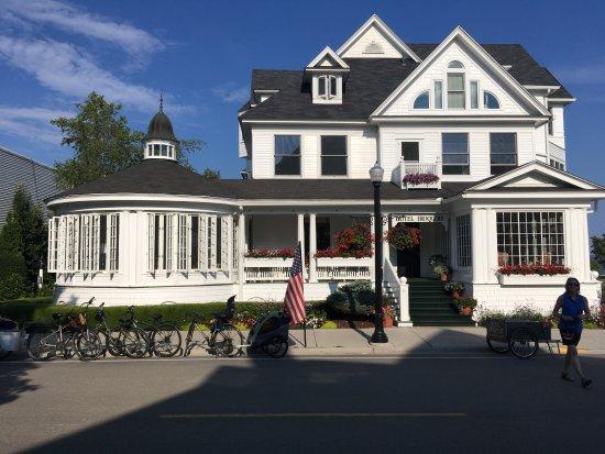 Hotel Iroquois: street view