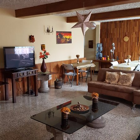 Hostal Los Volcanes: Living room and dinning room