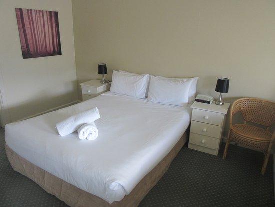 Abel Tasman Airport Motor Inn: Standard queen room