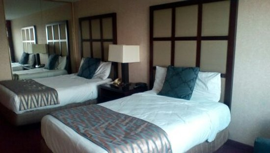 Hudson Valley Resort and Spa : Mirror next to bed