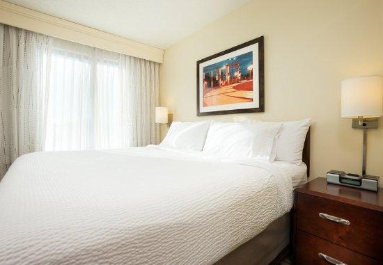 Saint Louis Park, MN: King Spa Suite Sleeping Area