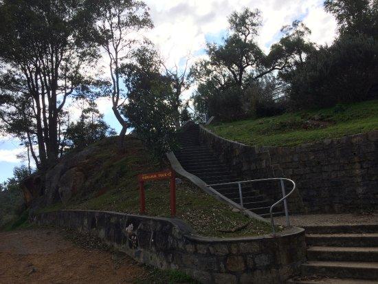 Mundaring, Australia: Walkway up to upper carpark
